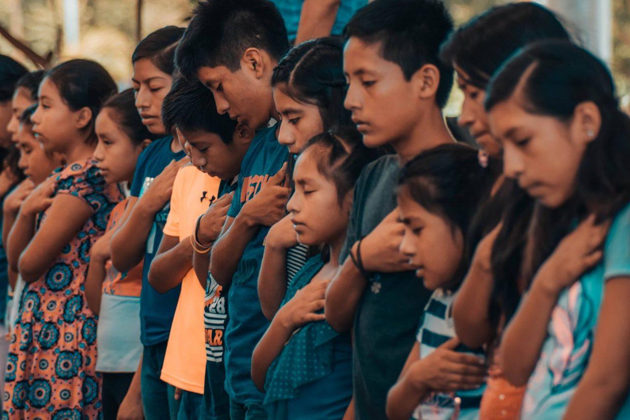 Nuestros Niños Orando