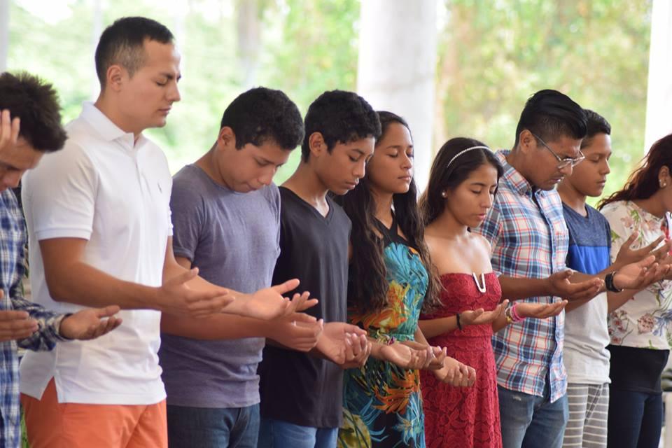 Jóvenes Orando